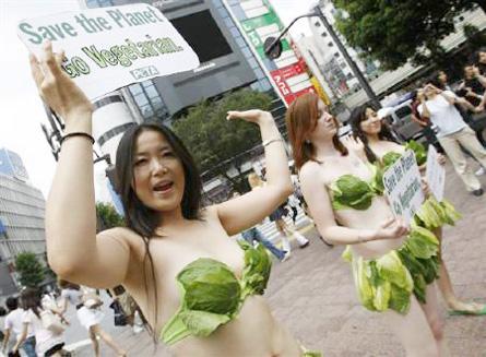 Activistas de PETA en Shibuya.