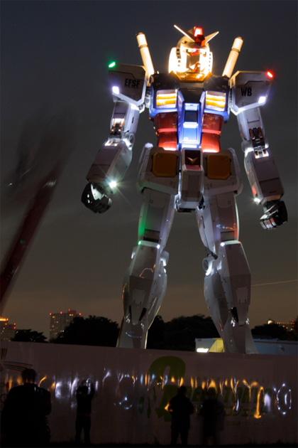 Gundam iluminado en Odaiba.